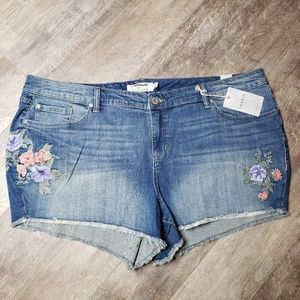 NWT Torrid Flower Embroidered Cut Off Jeans - 26